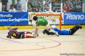 El capitán se cae al suelo tras anotar uno de sus tres goles