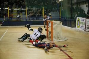 Pedro Gil cae al suelo tras anotar uno de sus goles