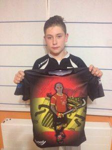 Carlos Moya, ganador de la camiseta dedicada por Pedro Gil en el Clínic Torneo 3x3 de Alcobendas celebrado esta Navidad