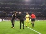 Pedro Gil  saluda a los capitanes antes de realizar el saque
