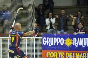 Pedro Gil celebra el primero de sus dos goles.Foto de Gabriele Baldi