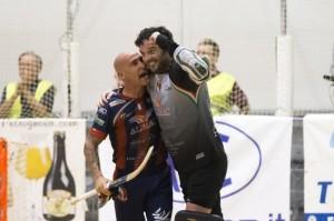 Gil y Stagi se abrazan al finalizar el partido