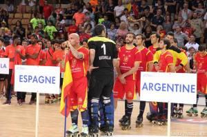 Pedro Gil sujeta la bandera a la espera de recibir la plata