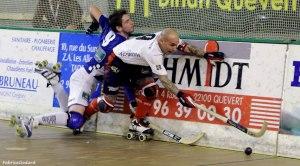 Pedro Gil lucha por mantener una bola