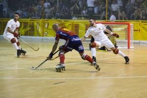 Pedro Gil conduce la bola durante una acción del partido